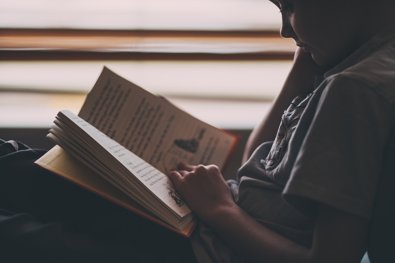Does reading in dim light cause vision problems